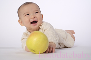 ハイハイする赤ちゃん9ヶ月