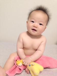 おすわりする赤ちゃん7ヶ月