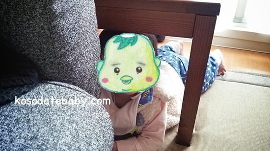 ハイハイをする赤ちゃん