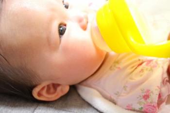 夏赤ちゃんの水分補給